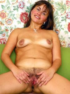 femme mature nue écarte sa chatte